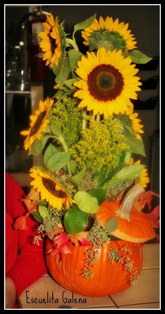 Arreglo de flores con girasoles en calabaza