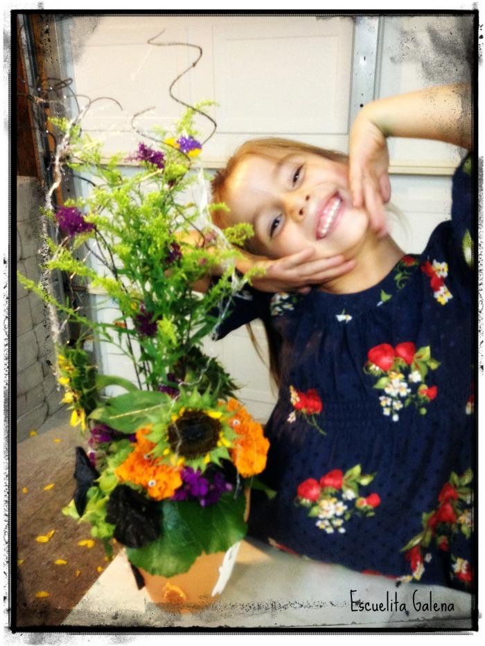 Juliana y su arreglo de flores