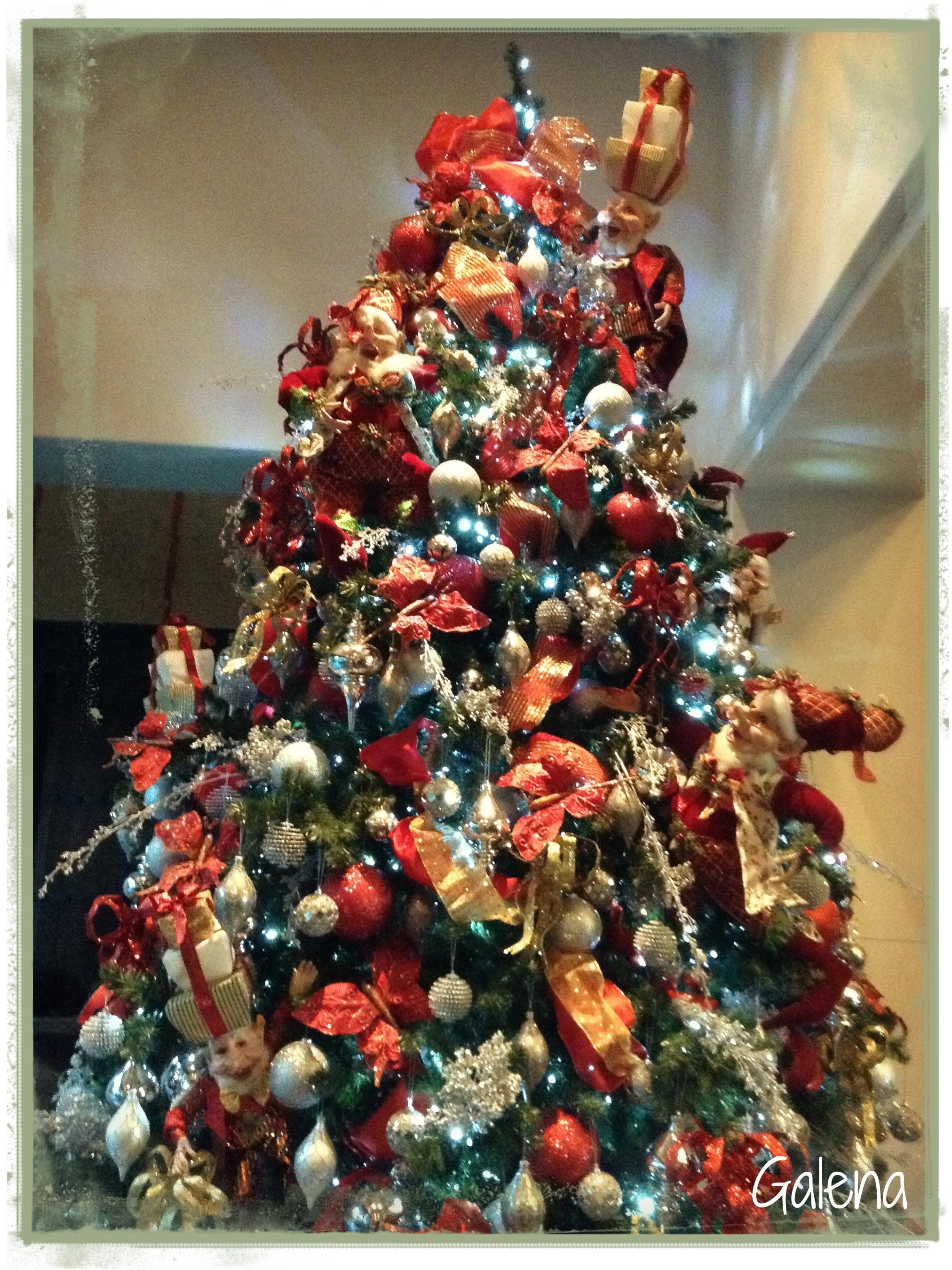 decorando el rbol de navidad con elfos