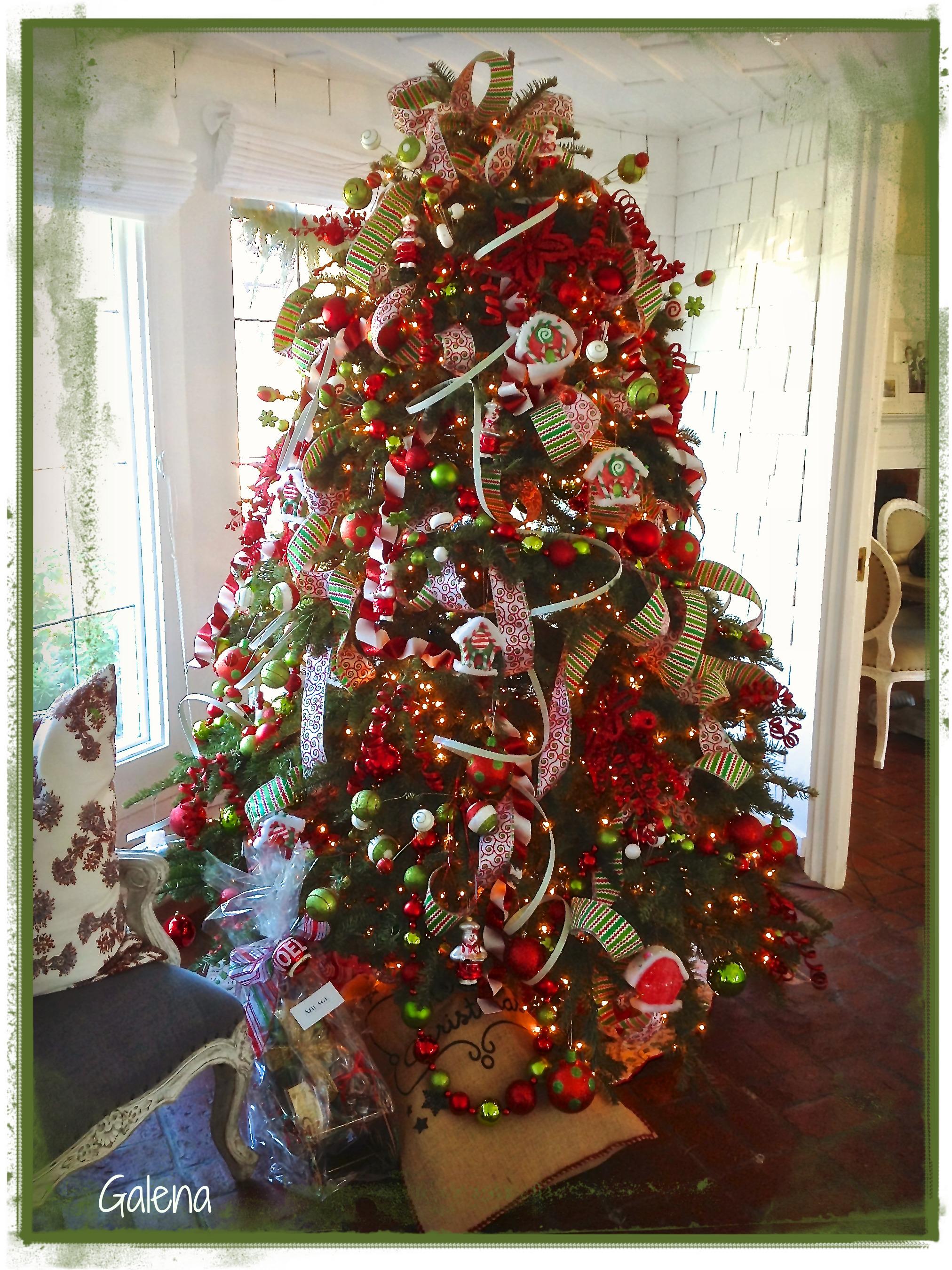 navidad es la alegra cuando hay nios en casa as es que tambin pusimos un rbol ms infantil y colorido adems gordo y bombacho como pap noel