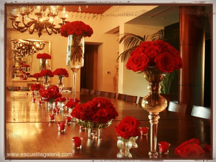 decorando la mesa con rosas rojas
