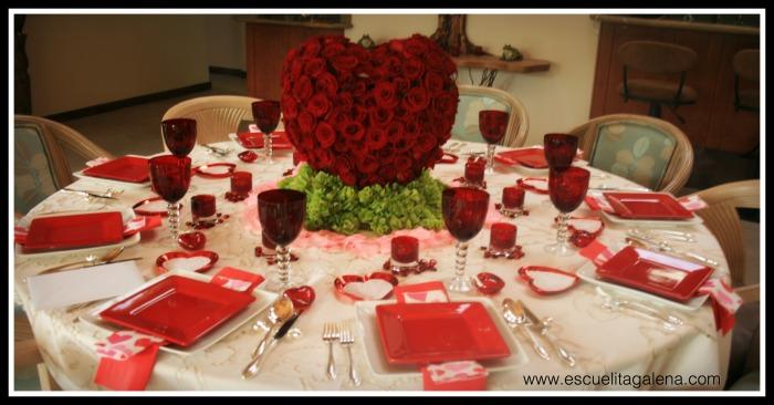 mesa decorada con corazon de rosas rojas