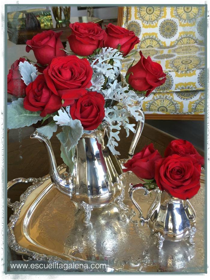 Cafetera de plata con rosas rojas y dusty miller