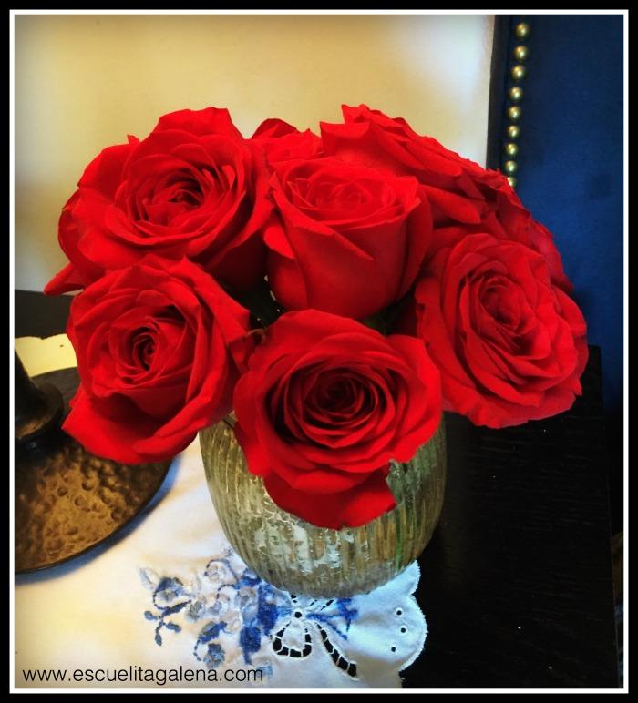 Rosas rojas en la mesita de noche
