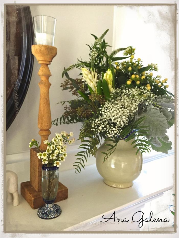 Jarrita con granos de cafe blanco, nubesita, flores de wax, jacintos, verónicas, dusty miller y follages del jardín.