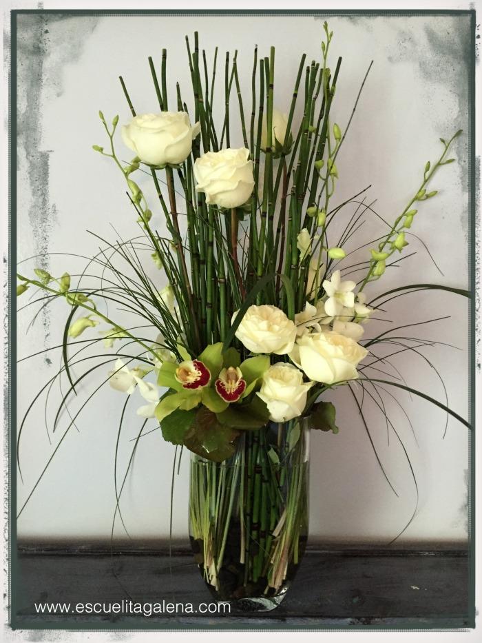 florero decorado con horsetails y beargrass