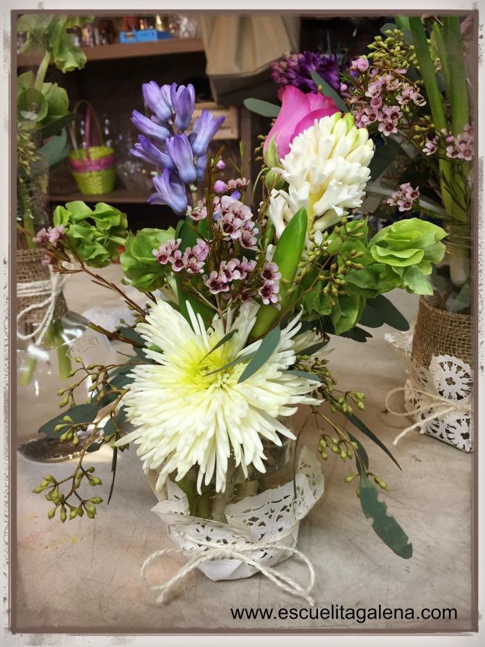 frasco vintage con flor mixta