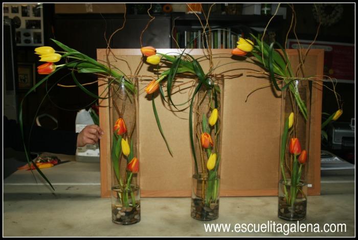 El cilindro se debe llenar de agua una vez terminado el arreglo de flores.