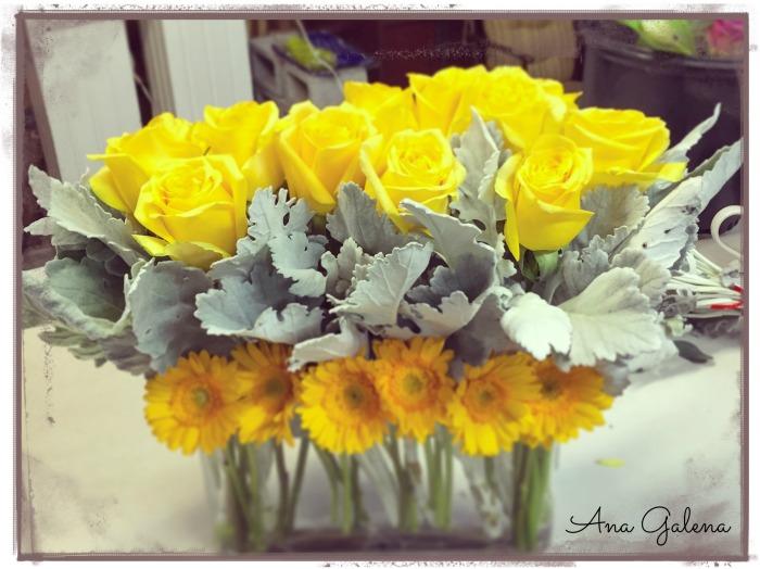 florero con rosas y gerberas amarillas
